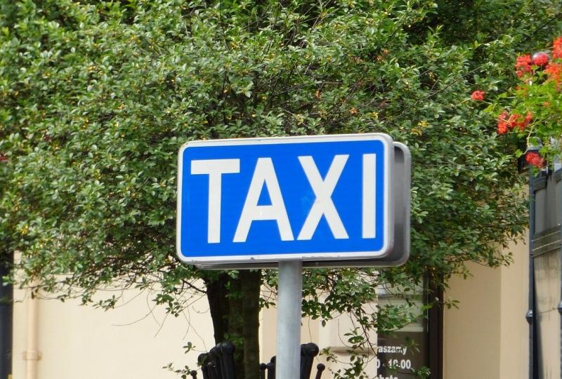 Foto av eit blått taxiskilt