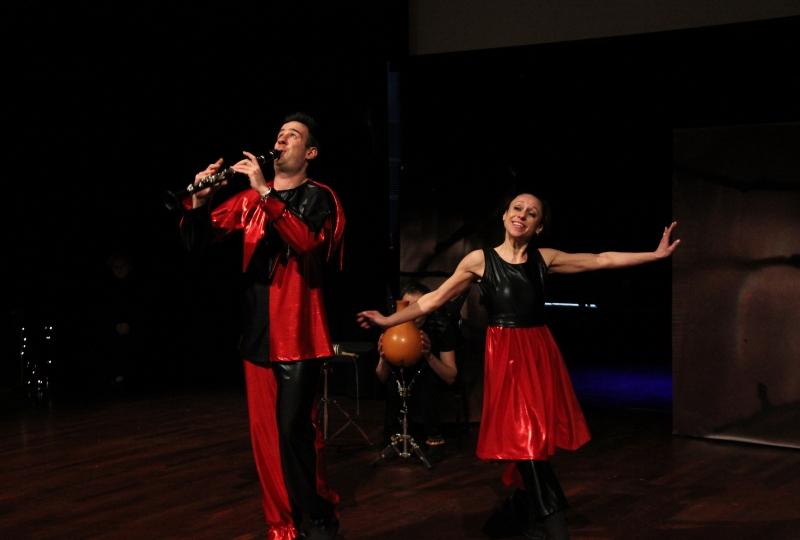 Mann med klarinett og dame som dansar