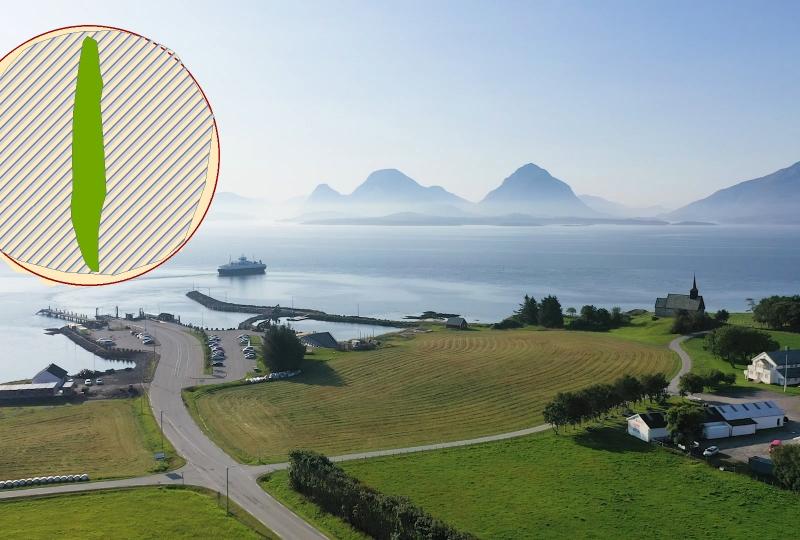 Foto av ei øy med ferjekai og kirke. Ferje ute på fjorden og fjell i horisonten.