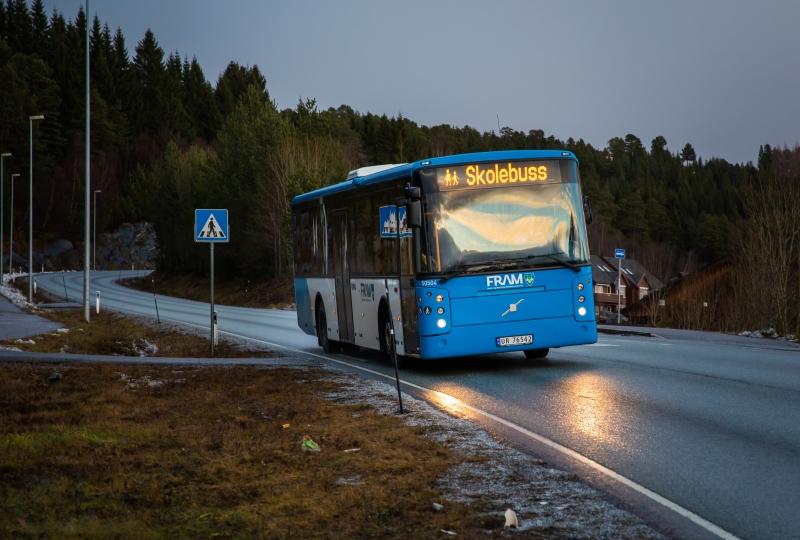 Foto av skolebuss på ein veg