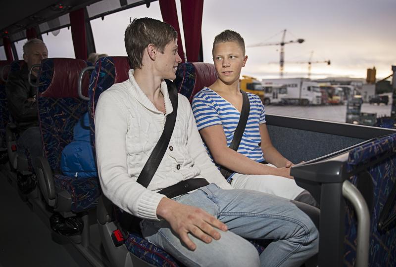 Bilde av to gutar med setebelte i buss