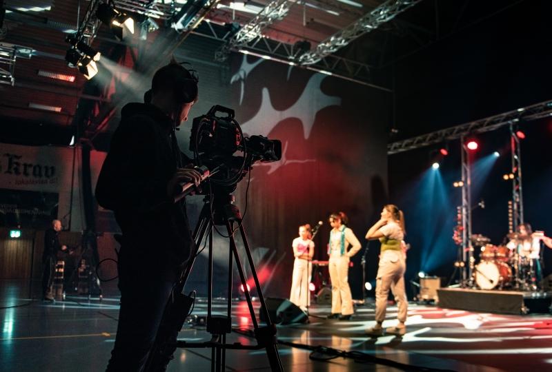 Mann som filmar ungdom på scene (Martin Giskegjerde)