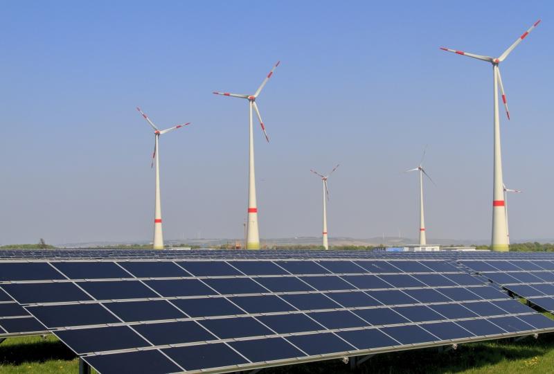 Bilde av vindturbinar og solenergipark.