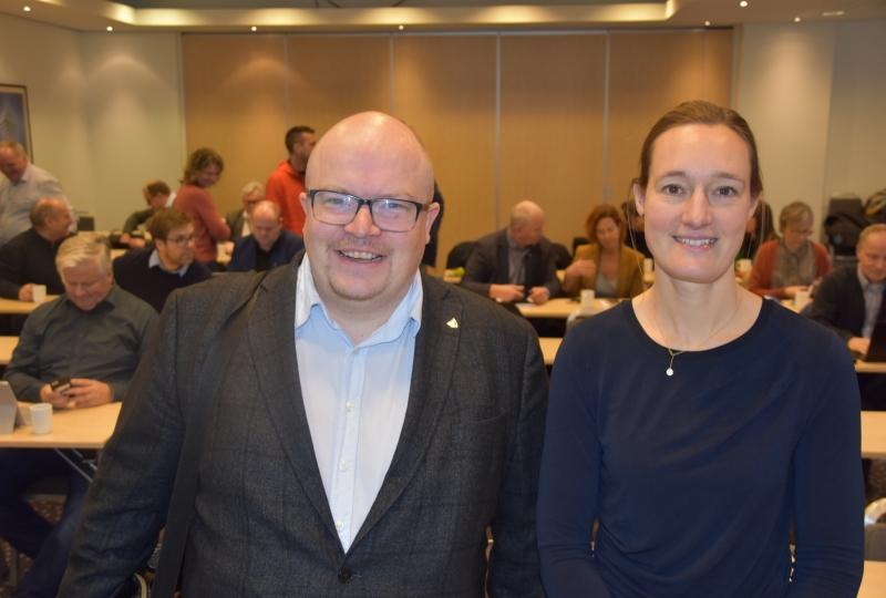 Bilde av mann og kvinne som står framfor ei forsamling