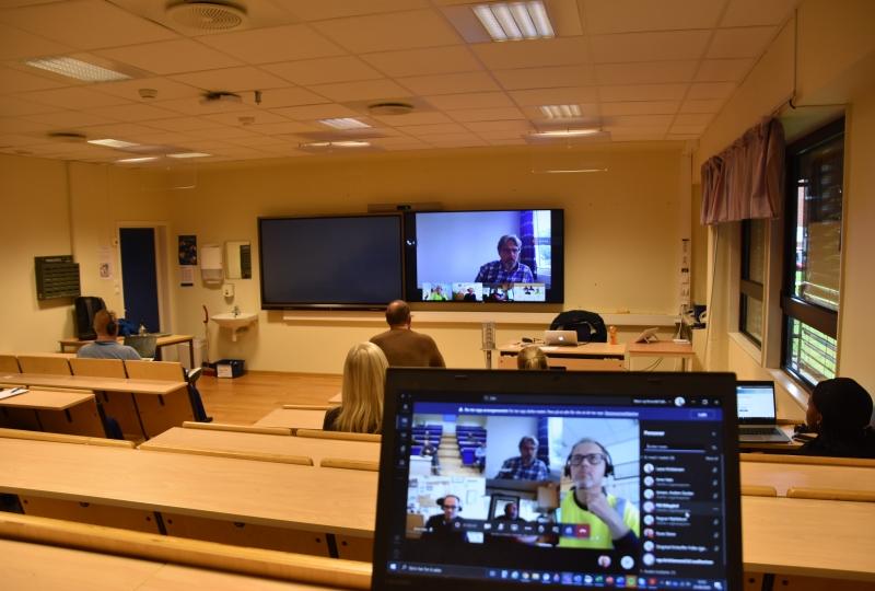 undervisningsrom med elevar og lærar på teams