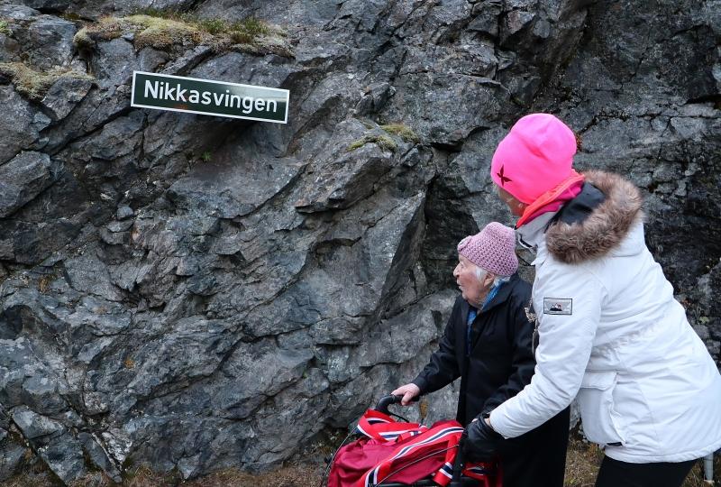 Nikka og fylkesordførar Tove-Lise Torve foran skiltet som viser at svingen har fått namnet Nikkasvingen