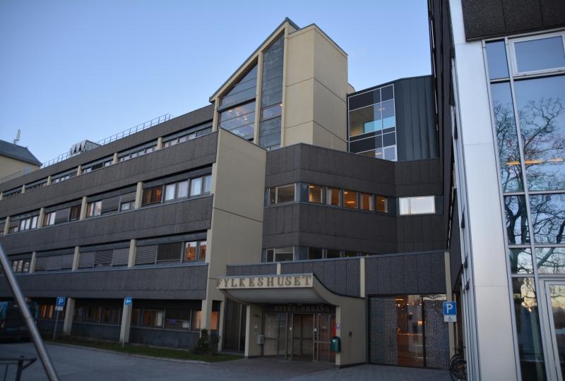 Bilde av hovedinngangen til fylkeshuset