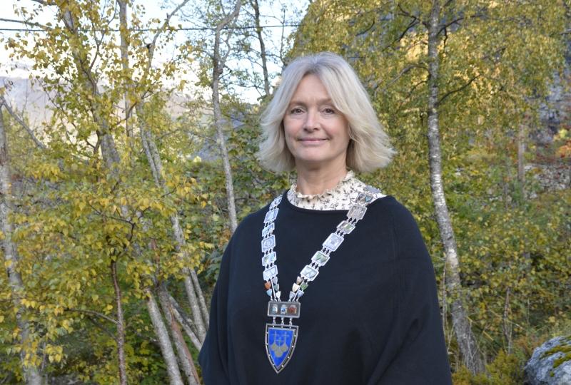 Foto av kvinne med ordførarkjede