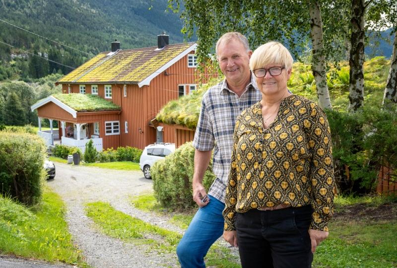 Bilde av Gerd Stolsmo og Stein Erik Hegerberg foran garden deira i Ålvundfjord.