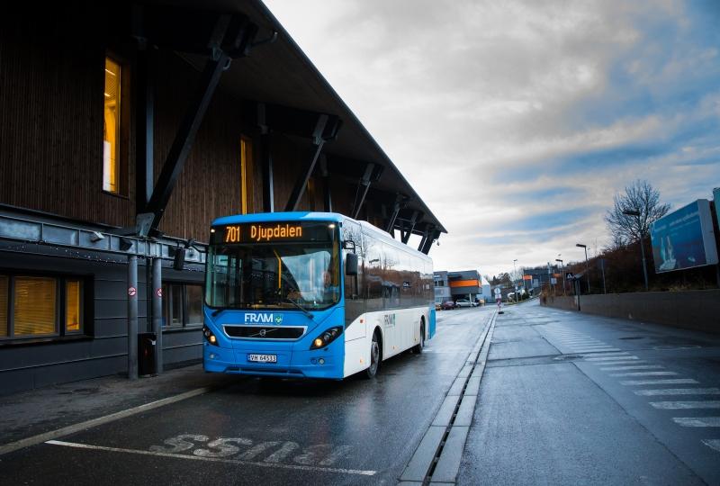 Foto av buss utenfor Årø flyplass