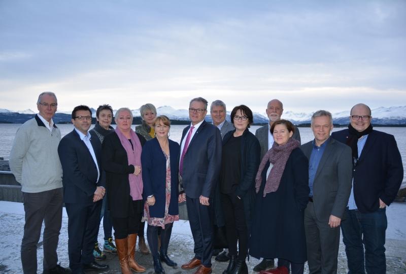 Foto av alle medlemmane i fylkesutvalet.
