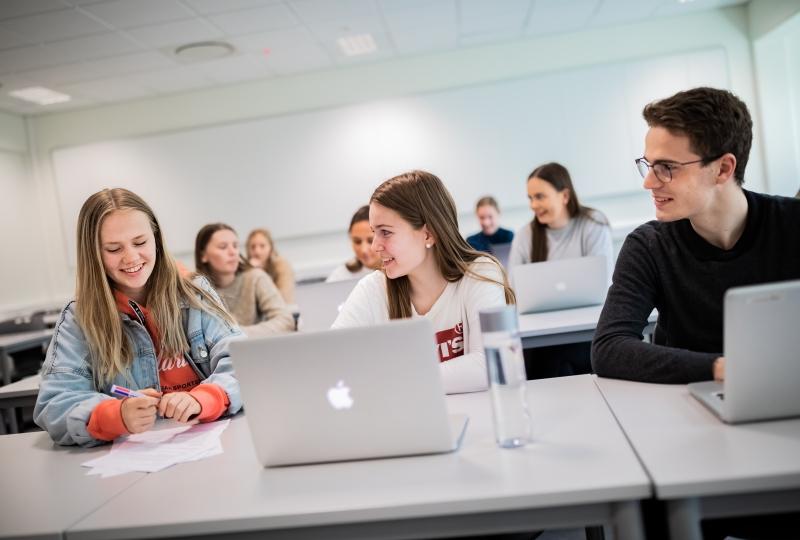 Elevar på Spjelkavik vgs foran pc (Foto: Terje Aamodt)