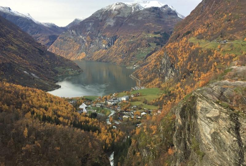 Bilde av ein fjord med fjell rundt
